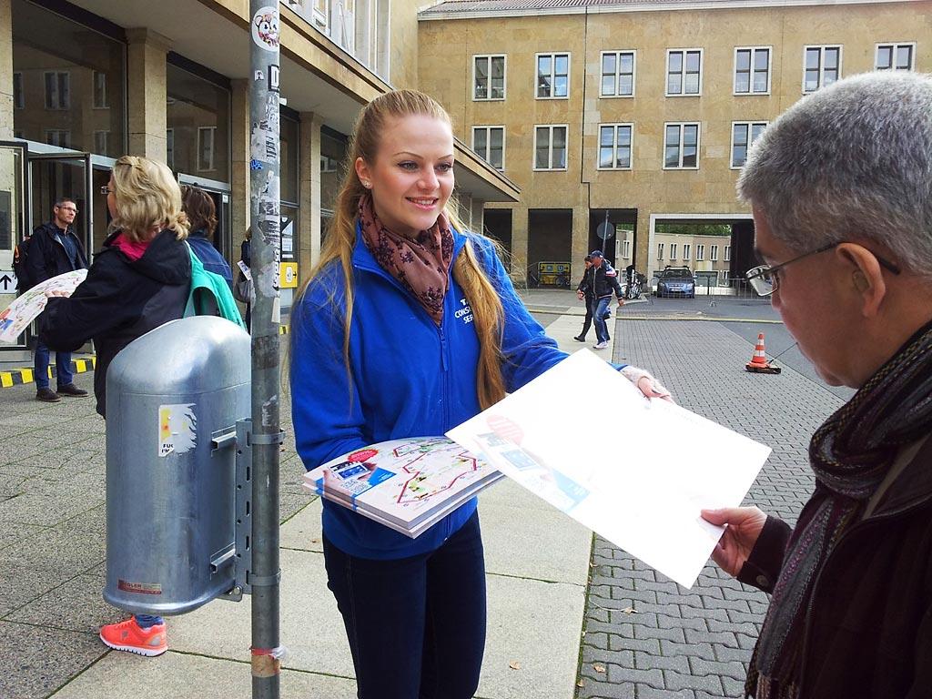 Promoter verteilen am ehemaligen Flughafen Tempelhof Klatschpappen an die interessierten Besucher