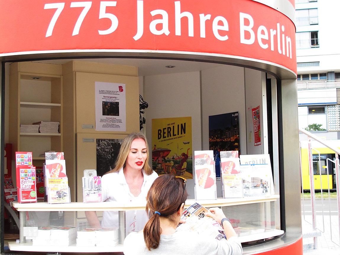 informierende Promoterin hilft Berlin-Gästen weiter