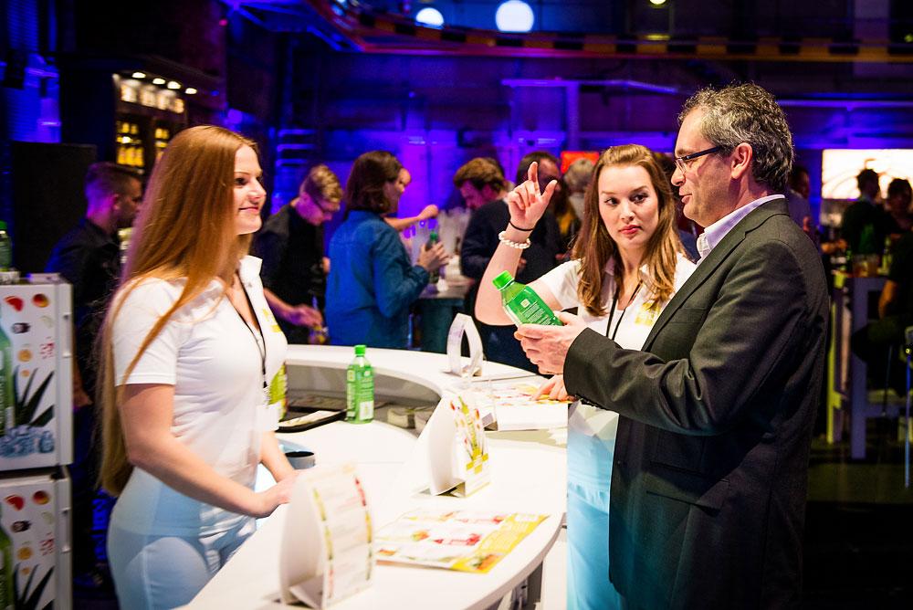 die Promoterinnen von Potential Allstars am 20.12.2013 in Berlin während des VIP Viewings in Aktion